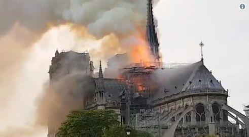Καίγεται η Παναγία των Παρισίων – Κατέρρευσε η οροφή…